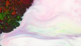 Vista superior das tintas verdes, amarelas e vermelhas secas que flutuam na subst?ncia leitosa branca media Fundo iridescent boni vídeos de arquivo