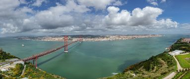 Vista superior a 25 de Abril Bridge y Lisboa Foto de archivo
