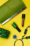 Vista superior de acessórios de forma fêmeas Bolsa verde com a colar do salário do bracelete do batom Imagens de Stock