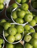 A vista superior de ameixas ou da rainha-cl?udia verde no copo de papel na venda na rua em Turquia, frutos populares da mola com  fotos de stock