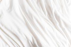 Vista superior de arrugas en una hoja de cama sin hacer foto de archivo libre de regalías