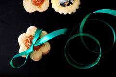 Vista superior de biscoitos do biscoito amanteigado no fundo preto Imagem de Stock
