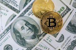 Vista superior de Bitcoin en billete de banco del dólar; Concepto de Fintech Foto de archivo