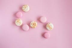 Vista superior de bolinhos de amêndoa cor-de-rosa e brancos saborosos Imagens de Stock Royalty Free