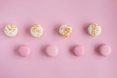 Vista superior de bolinhos de amêndoa cor-de-rosa e brancos saborosos Fotos de Stock Royalty Free