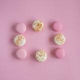 Vista superior de bolinhos de amêndoa cor-de-rosa e brancos saborosos Fotos de Stock