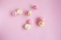 Vista superior de bolinhos de amêndoa cor-de-rosa e brancos saborosos Imagem de Stock
