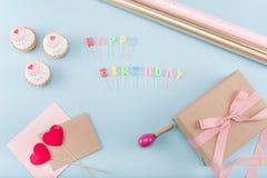 Vista superior de bolos de aniversário com modelo da caixa de presente Fotos de Stock Royalty Free