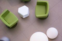 Vista superior de cadeiras de couro verdes e de lâmpadas brancas redondas Imagem de Stock Royalty Free