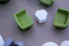 Vista superior de cadeiras de couro verdes e de lâmpadas brancas redondas Fotos de Stock