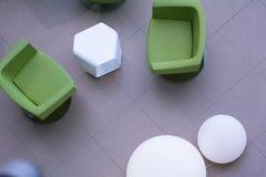 Vista superior de cadeiras de couro verdes e de lâmpadas brancas redondas Foto de Stock