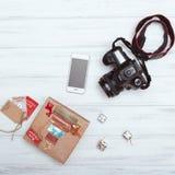 Vista superior de caixas de presente do Natal, do telefone esperto e da câmera Fotos de Stock