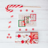 Vista superior de caixas de presente e do pirulito vermelhos Imagens de Stock Royalty Free