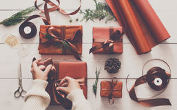 Vista superior de caixas do presente de Natal no fundo de madeira branco Imagens de Stock Royalty Free