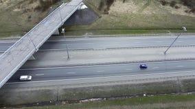 Vista superior de caminos, de edificios, de tejados y de puentes grises con asfalto agrietado almacen de metraje de vídeo