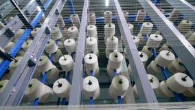 Vista superior de carretes con los hilos blancos que son estáticos Equipo de producción de la fábrica de la ropa almacen de metraje de vídeo