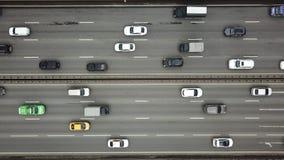 Vista superior de carros móveis na estrada vídeos de arquivo