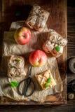 A vista superior de caseiro leva embora a torta de maçã imagens de stock royalty free
