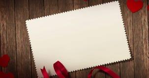Vista superior de corazones y de la cinta rojos decorativos con la tarjeta de felicitación en viejo fondo de madera con el espaci stock de ilustración