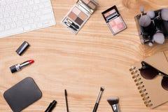 Vista superior de cosméticos y de accesorios femeninos Esencial de la mujer Imagenes de archivo
