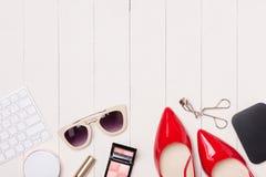 Vista superior de cosméticos y de accesorios femeninos Esencial de la mujer Fotografía de archivo