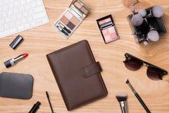Vista superior de cosméticos y de accesorios femeninos Esencial de la mujer Fotografía de archivo libre de regalías