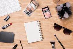 Vista superior de cosméticos y de accesorios femeninos Esencial de la mujer Imagen de archivo