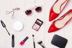 Vista superior de cosméticos y de accesorios femeninos Esencial de la mujer Foto de archivo