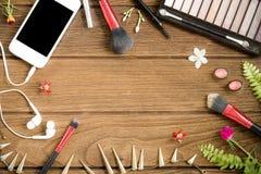 Vista superior de cosméticos y de accesorios femeninos en backgroun de madera Fotografía de archivo libre de regalías