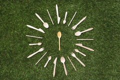 Vista superior de cucharas de madera con las bifurcaciones y los cuchillos Imagenes de archivo