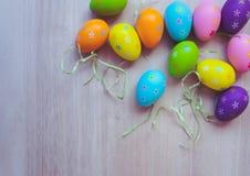 Vista superior de decorações e da palha coloridas dos ovos da páscoa no fundo de madeira foto de stock royalty free