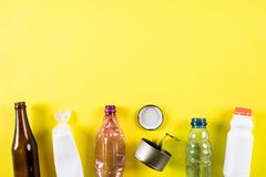 Vista superior de diversos materiales de la basura para reciclar en fondo amarillo Recicle, ambiente y concepto de Eco foto de archivo libre de regalías