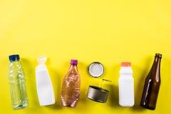 Vista superior de diversos materiales de la basura para reciclar en fondo amarillo Recicle, ambiente y concepto de Eco imagen de archivo libre de regalías