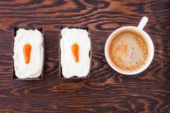 Vista superior de dos mini tortas de zanahoria hechas en casa con crema del mascarpone Imagenes de archivo