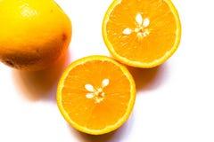 Vista superior de dos mitades de la naranja en el fondo blanco imagenes de archivo