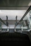 A vista superior de escadas rolantes e de escadas exteriores da construção sem peo Imagens de Stock