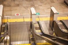 Vista superior de escaleras móviles en la alameda de compras, estación de metro con la flecha que indica las direcciones Foto de archivo libre de regalías