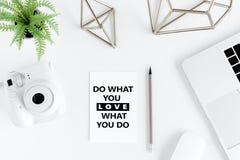 A vista superior de faz o que você ama, amor o que você faz citações inspiradores Foto de Stock Royalty Free