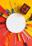 Vista superior de ferramentas de funcionamento, de chave, de chave de fenda, de nível, de fita métrica, de parafusos, e de vidros Fotografia de Stock