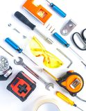 Vista superior de ferramentas de funcionamento, de chave, de chave de fenda, de nível, de fita métrica, de parafusos, e de vidros foto de stock royalty free