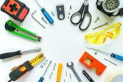 Vista superior de ferramentas de funcionamento, de chave, de chave de fenda, de nível, de fita métrica, de parafusos, e de vidros Foto de Stock