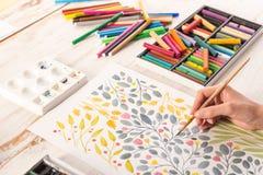 A vista superior de flores do desenho do artista projeta no local de trabalho Imagens de Stock Royalty Free