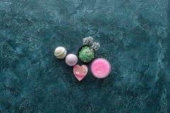 vista superior de flores pequenas bonitas de sal do mar verde e de sabões feitos a mão fotografia de stock