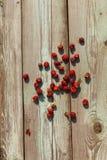 Vista superior de framboesas vermelhas e do corinto preto na tabela de madeira velha Imagens de Stock Royalty Free