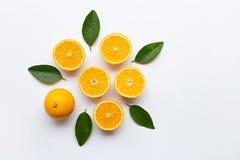 Vista superior de frutas anaranjadas con las hojas verdes aisladas en blanco fotos de archivo