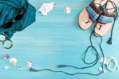 Vista superior de gafas de sol, de la bufanda, de sandalias y de cáscaras del mar Imagen de archivo libre de regalías