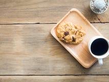 Vista superior de galletas con las nueces del chocolate y de macadamia Colocado en una placa de madera fotos de archivo libres de regalías