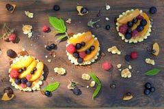 Vista superior de galletas, miel, chocolate, melocotón, pasa, fresa en textura de madera Imágenes de archivo libres de regalías