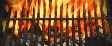 Vista superior de grade flamejante do assado do carvão vegetal Imagem de Stock