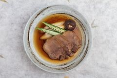 Vista superior de gyutan del tounge de la carne de vaca Streamed servida con el shiitake, la cebolleta japonesa y chiles con la s Imagen de archivo libre de regalías